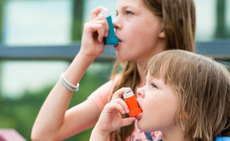 Hausstauballergie-Symptome können für Betroffene sehr belastend sein: Niesen, Juckreiz oder sogar Asthma begleiten den Alltag. Infos über Ursachen, Symptome und Therapien gibt es hier. (#01)