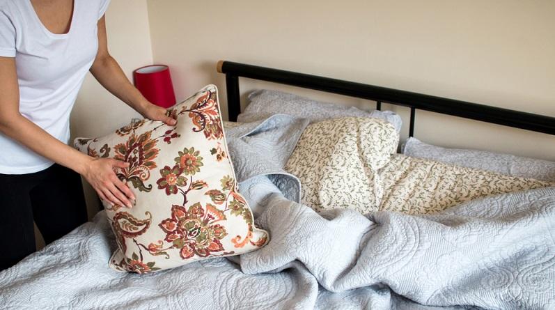 Die Bettwäsche sollten Betroffene häufiger wechseln als sie es vielleicht normalerweise tun würden. Zudem sollte sie bei mindesten 60 Grad gewaschen werden. (#02)