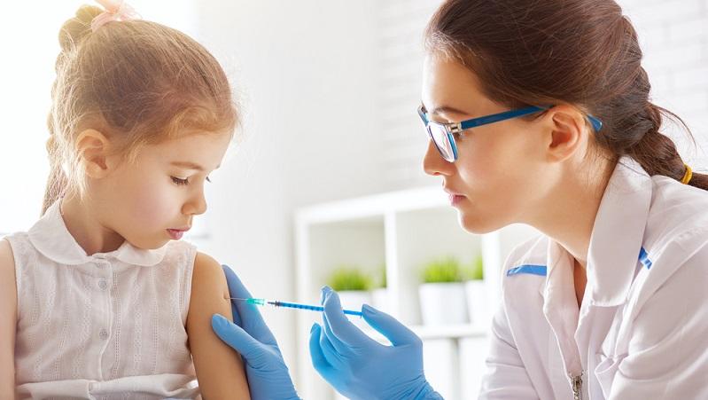 Die Immuntherapie ist eine Art Allergieimpfung. Sie wird auch Hyposensibilisierung oder (allergen-)spezifische Immuntherapie (SIT) genannt. Die Behandlung wirkt zum Beispiel bei Gräserpollenallergie sehr gut. Sie erfolgt entweder mit Spritzen unter die Haut (subkutan) oder mit Präparaten zum Einnehmen. (#03)