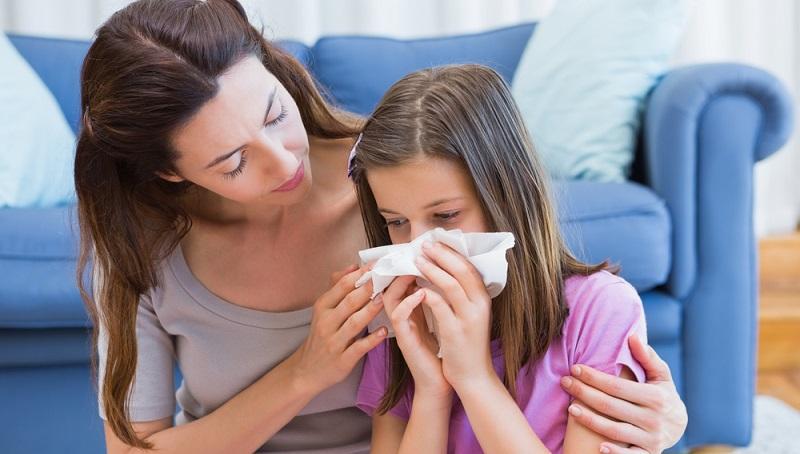 Jedes Jahr zur Pollensaison leiden unzählige Menschen in Deutschland an Niesen, Augenjucken und Schnupfen. Typische Heuschnupfen-Symptome also. Alles über die Allergie finden Sie hier.(#01)