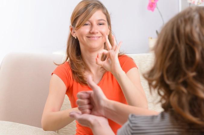 """Steht das Cochlea Implantant und das Erlernen der Gebärdensprache im Widerspruch zueinander? Nicht unbedingt! Kinder, die die Gebärdensprache beherrschen und zeitgleich die Lautsprache, wachsen quasi """"Zweisprachig"""" auf, das kann für die Entwicklung förderlich sein. (#3)"""