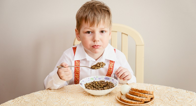 Die Beschwerden des Kindes müssen demzufolge nicht zwingend auf eine Laktoseintoleranz hindeuten. Wer beispielsweise keine blähenden Gemüsesorten essen kann, wird nach dem Verzehr von Linsen, Erbsen oder Bohnen ähnliche Probleme mit der Verdauung bekommen wie jemand, der unter Laktoseintoleranz leidet. (#03)