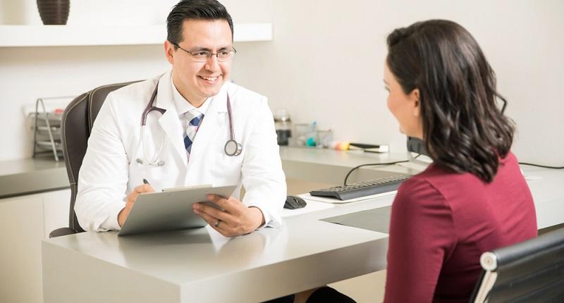 Vor der Operation steht ein Erstberatungsgespräch an. Dieses übernimmt ein Arzt für plastische Chirurgie, der Ihnen genaue Auskunft über die Möglichkeiten des Eingriffs und über dessen Risiken gibt.