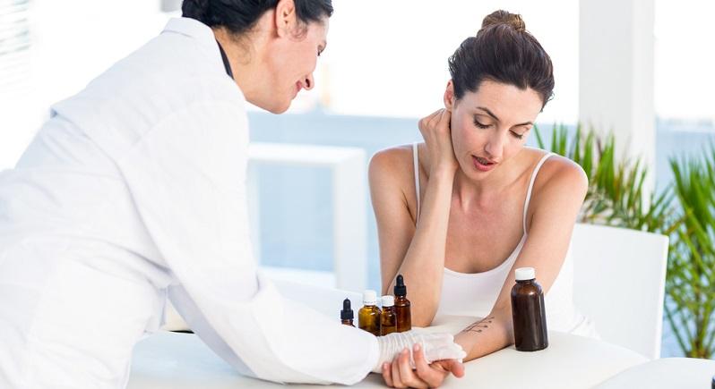 Nach einem Allergietest wissen Allergiker, worauf sie reagieren können versuchen, diese Auslöser zu meiden bzw. ihre Wirkung mit Medikamenten zu unterdrücken.
