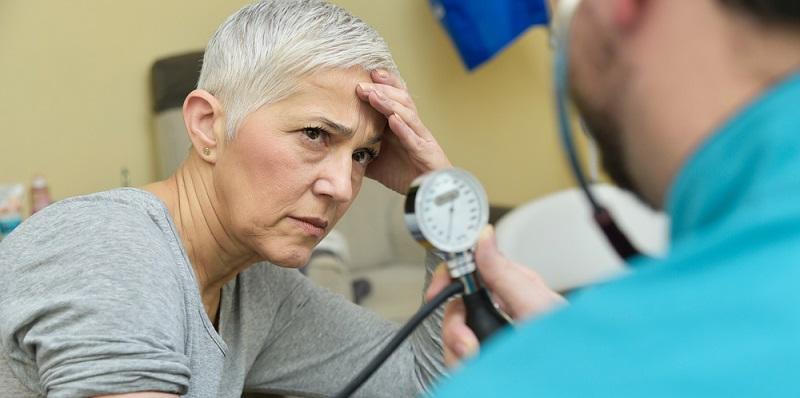 Bei einer versehentlichen Überdosierung sollte sofort ein Arzt konsultiert werden, da mit erheblichen Nebenwirkungen zu rechnen ist. Ein erhöhter Puls, Probleme bei der Blasenentleerung sowie eine auffällige Mundtrockenheit deuten auf eine Überdosierung hin.