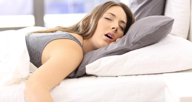 Mit dem Antidepressivum wird der REM Schlaf unterdrückt. Menschen, die unter Depressionen leiden, wirken oft übermüdet, obwohl sie innerlich vollkommen angespannt sind. Auch nachts kommt das Gehirn nicht zur Ruhe, sondern wälzt Probleme. Deshalb ist die Unterdrückung des REM-Schlafs eine Maßnahme, um den Erkrankten einen erholsamen Schlaf zu ermöglichen.