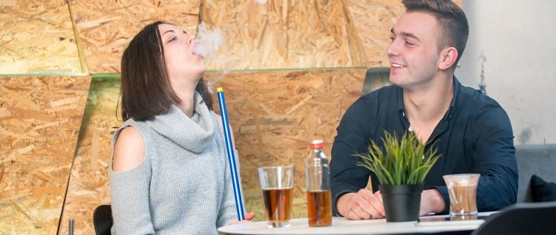 Rauchen und Alkoholkonsum erhöhen allgemein das Krebsrisiko. Das trifft auch auf diese Krebsart zu.