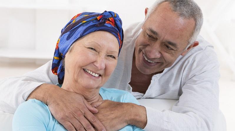 Auch die Chemotherapie ist ein wichtiges Mittel der Behandlung. Diese basiert auf Medikamenten, die alle schnell wachsenden Zellen angreifen.