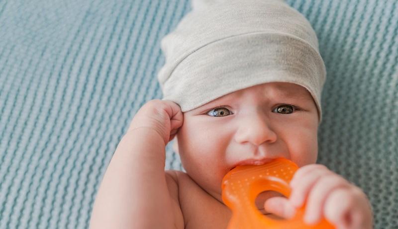 Die entscheidende Frage, wenn ein Hautausschlag bei einem Baby auftritt, besteht für die Eltern darin, was in diesem Fall zu tun ist. Auf der einen Seite sind sie besorgt um das Kind und wollen ihm so gut wie möglich helfen.