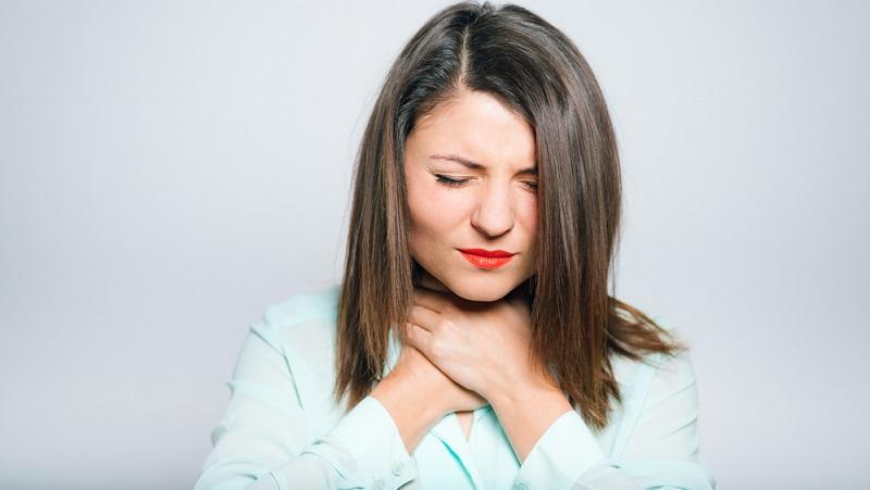 Die Seitenstrangangina breitet sich im gesamten Halsraum aus und ist aus diesem Grund oft deutlich schmerzhafter als eine bloße Entzündung des Rachens.