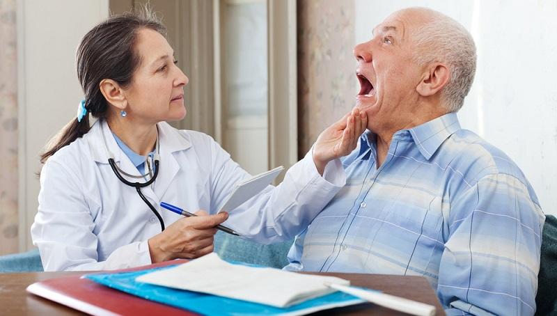 Zeigt sich auch nach zwei Wochen der Behandlung keine Besserung, wird der Arzt einen Abstrich des Rachens nehmen und ein darauf passendes Antibiotikum verordnen.