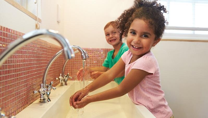 Beim Händewaschen auf Seife oder ein mildes Reinigungsmittel zu verzichten, ist laut Meinung der Hygieneexperten jedoch nicht empfehlenswert.