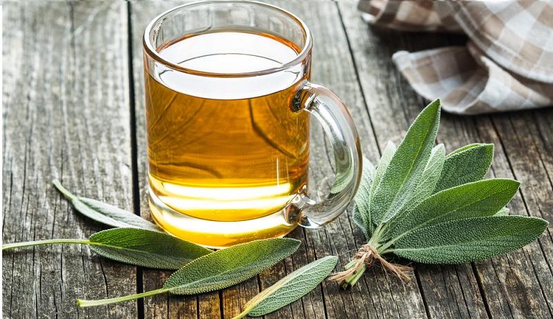 """Das gute, alte """"Abwarten und Tee trinken"""" bekommt hier wieder Bedeutung! Denn: Wenn Sie unter Hitzefrieseln leiden, sollten Sie etwas Tee kochen. Dabei geht es aber nicht um irgendeinen Tee, sondern bestenfalls greifen Sie auf Salbeitee zurück."""