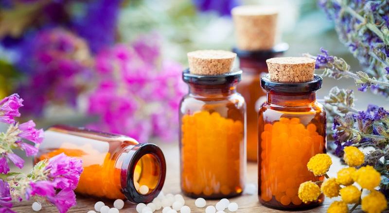 Die Homöopathie kennt verschiedene Mittel im Kampf gegen Hitzepickel.