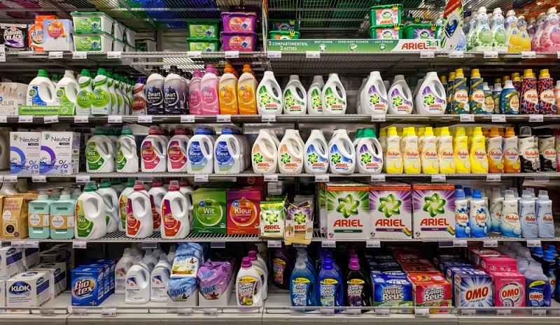 Einige Hersteller bieten Waschpulver, Flüssigwaschmittel und Weichspüler an, die auf allergieauslösende Inhaltsstoffe verzichten