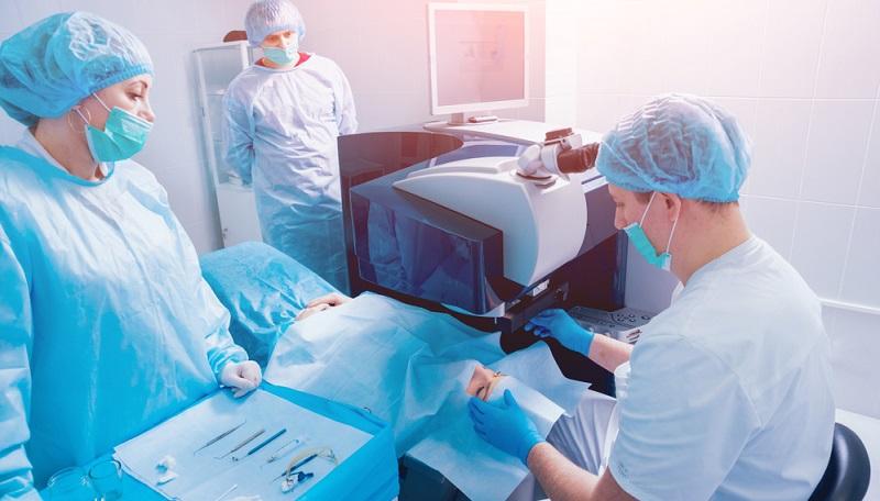 Wie bei jedem operativen Eingriff stehen auch beim Lasern der Hornhautverkrümmung gewisse Nachteile bzw. Risiken im Raum.
