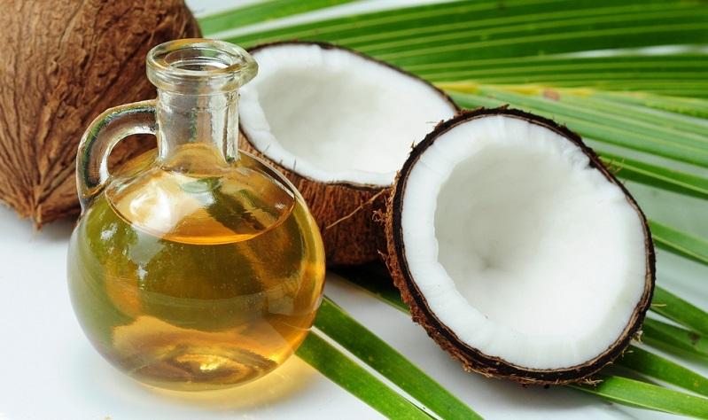 Kokosöl ist stark antibakteriell und entzündungshemmend. Außerdem fettet es die trockene Epidermis und macht sie wunderbar geschmeidig. Dieses gesundheitsfördernde Hausmittel kann bei einer atopischen Dermatitis auf der Kopfhaut also sehr hilfreich sein. (#02)
