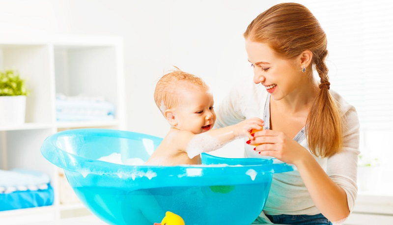 Auch rückfettende Dusch- und Badezusätze sind eine gute Unterstützung, da baden und duschen die Haut austrocknet.