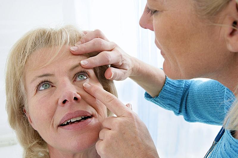 Grauer Star Operation: Im Alter zwischen 65 und 75 Jahren sind sogar über 90 Prozent der Bevölkerung von Grauem Star betroffen. (#01)