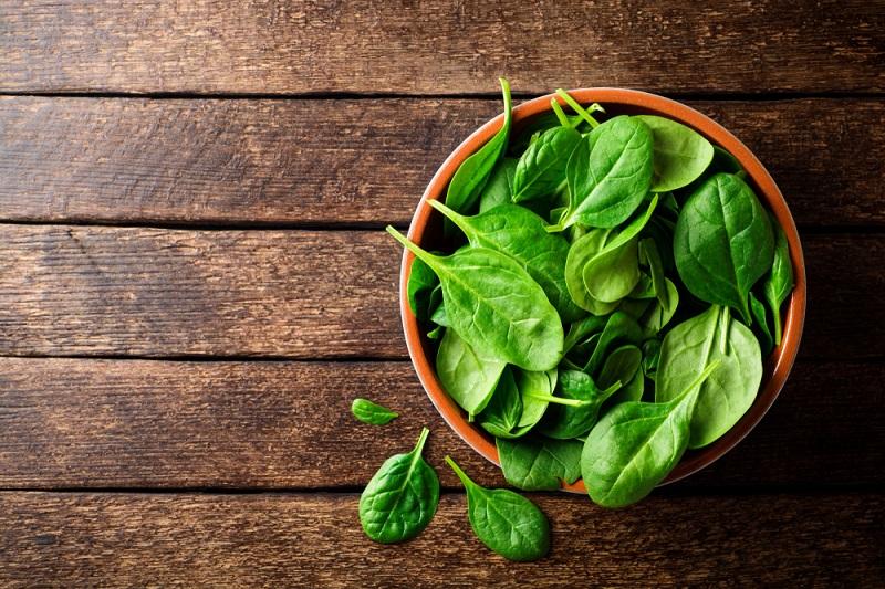 Grüne Blattgemüse und andere Grundnahrungsmittel mit einem hohen Anteil an Antioxidantien können helfen, die Entzündungen und Ekzeme zu lindern. (#03)