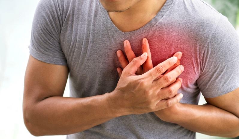 Vorhofflimmern: Patienten klagen über plötzliches Herzrasen, Engegefühl im Brustbereich und Atemnot.