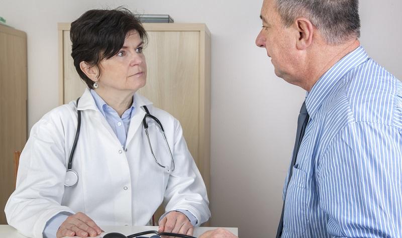 Diagnose Vorhofflimmern: Die Ärztin untersucht den Patienten.
