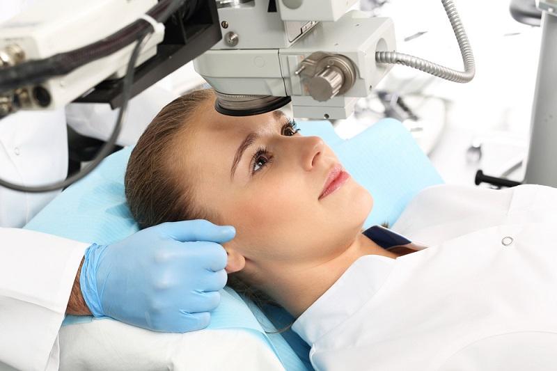 Das Augenlasern ist ausgesprochen präzise und reduziert daher das Risiko für eine Verletzung anderer Bereiche des Auges erheblich. (#03)