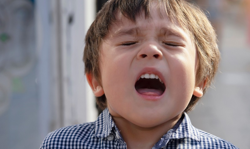 Ein allergischer Schnupfen, der sich als Fließschnupfen äußert und mit einem häufigen Niesreiz einhergeht, ist üblich.