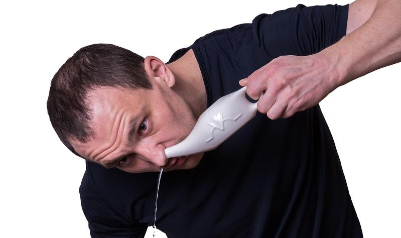 Zunächst kann es helfen eine Nasendusche oder -spülung durchzuführen, um mögliche Krankheitskeime, Allergene sowie angestaute Sekret- oder Schleimansammlungen aus der Nase zu befördern. ( Foto: Shutterstock- kavzov )