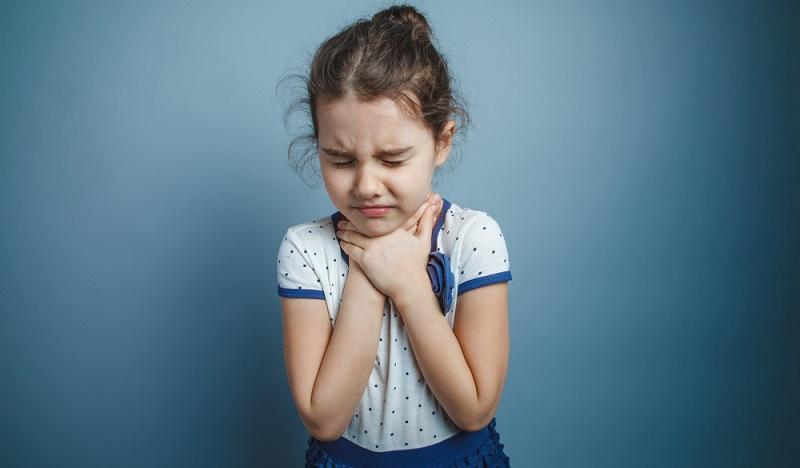 Halsschmerzen entstehen zudem möglicherweise durch einen Fremdkörper im Hals.   ( Foto: Shutterstock- maxim ibragimov )