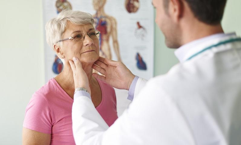 Halsschmerzen und seine Ursachen zur Sicherheit vom Arzt untersuchen lassen.( Foto: Shutterstock- gpointstudio)